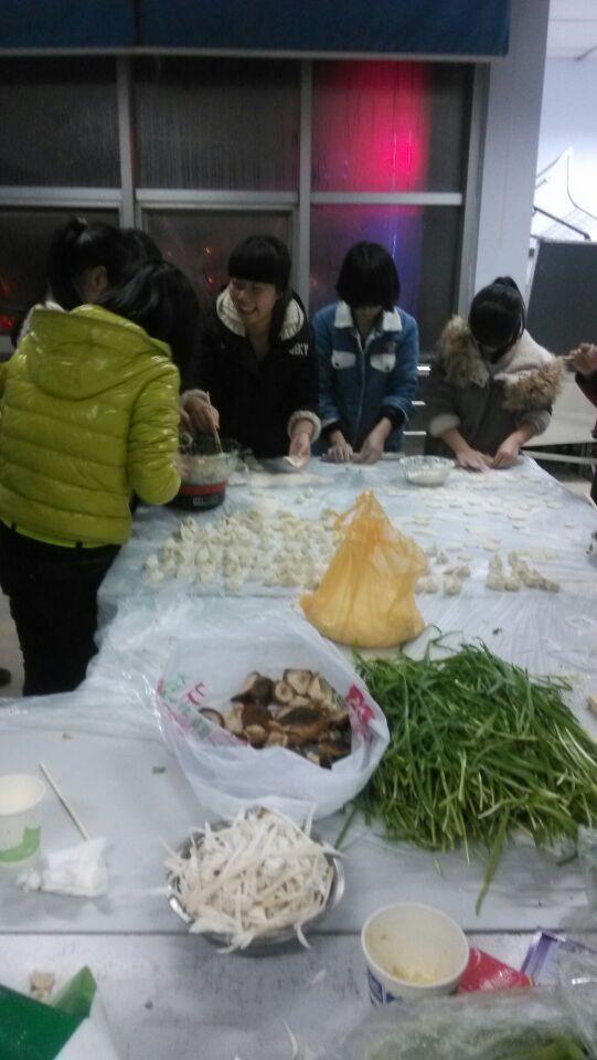 学员们各自发挥自己的所长,有和面的,有调馅的,有包饺子的,有煮饺子的
